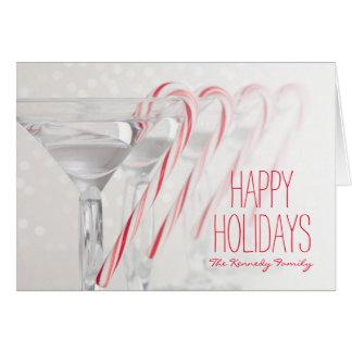 Tiro do estúdio da bebida de martini com cartão comemorativo