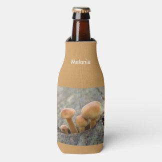 Toadstools em um tronco de árvore personalizado porta-garrafa