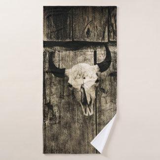 Toalha De Banho Crânio rústico do búfalo com chifres em um celeiro