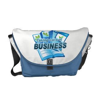 Tomando bolsa mensageiro branca/azul do negócio