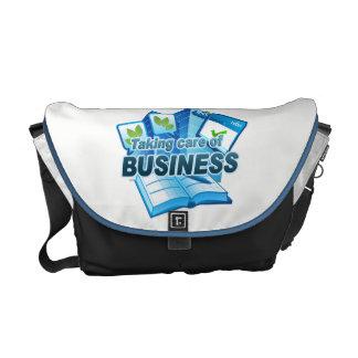 Tomando bolsa mensageiro branca/escura do negócio