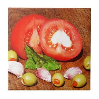 tomate com azeitonas e alho enchidos azulejo quadrado pequeno
