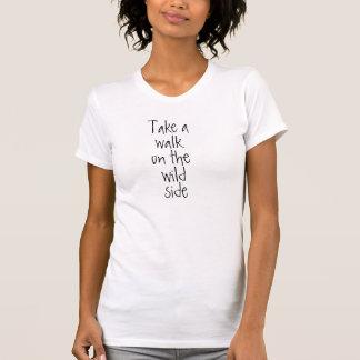 Tome uma caminhada no lado selvagem camisetas