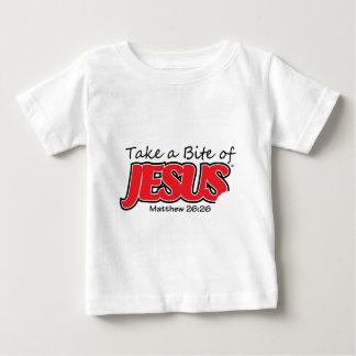 Tome uma mordida do t-shirt da criança de Jesus