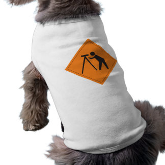 Topógrafo no sinal do trabalho na camiseta de cão