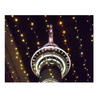 Torre do céu de Auckland na noite Cartão Postal