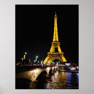 Torre Eiffel em a noite sobre poster de Paris, Pôster