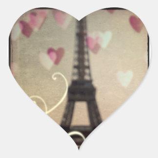 Torre Eiffel em etiquetas dadas forma coração