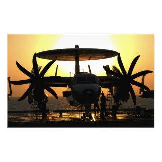 Trabalho dos marinheiros em um avião de E-2C Impressão De Foto