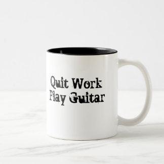Trabalho parado, caneca de café da guitarra do