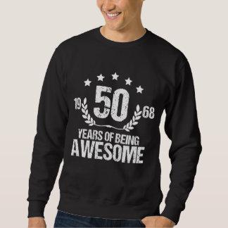Traje por 50 anos velho. Camisa do aniversário