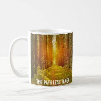Trajeto nas madeiras caneca de café