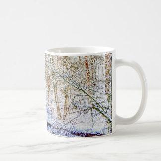 Trajeto nevado da floresta caneca de café