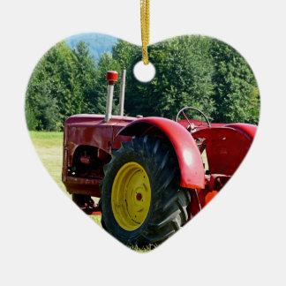 Trator de fazenda vermelho antigo ornamento de cerâmica coração