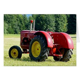 Trator de fazenda vermelho velho no campo cartão comemorativo