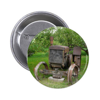 Trator do vintage no pomar de Apple Botons