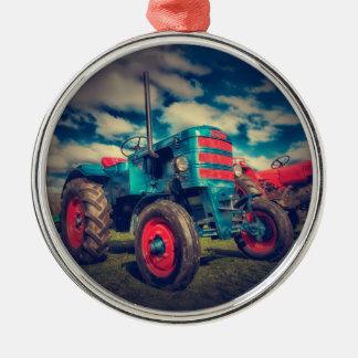 Trator legal do vintage do vermelho azul ornamento redondo cor prata