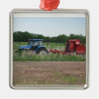 Trator no campo ornamento quadrado cor prata