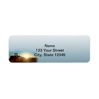 Trator no nascer do sol em um endereço do remetent etiqueta endereço de retorno