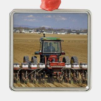 Trator que puxa um plantador do milho de semente ornamento quadrado cor prata