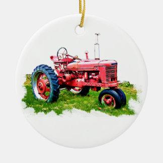 Trator vermelho do vintage no campo enfeites de natal