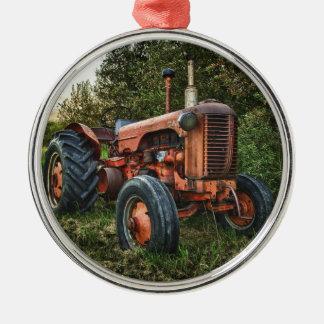 Trator vermelho velho do vintage ornamento redondo cor prata