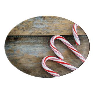 Travessa De Porcelana Madeira rústica com os bastões de doces do Natal