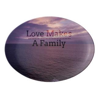 Travessa De Porcelana O amor faz uma adopção da família - assistência