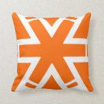 Travesseiro alaranjado decorativo