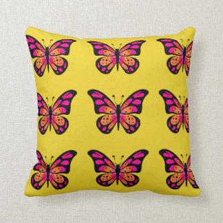 Travesseiro amarelo com a borboleta cor-de-rosa do almofada