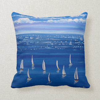 Travesseiro azul da arte popular dos veleiros da almofada
