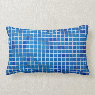 travesseiro azul do azulejo do banheiro