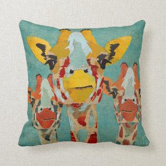 Travesseiro azul espreitando de três girafas