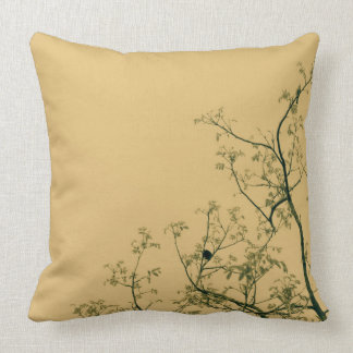 Travesseiro bonito do bege/ecru com pássaros em almofada