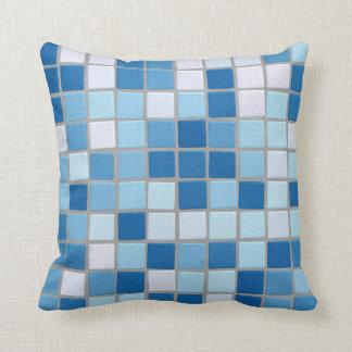 Travesseiro decorativo azul do azulejo de mosaico