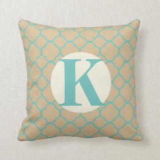 Travesseiro decorativo bege do monograma da almofada