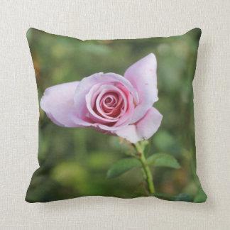 Travesseiro decorativo cor-de-rosa bonito da flor almofada