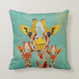 Travesseiro espreitando de MoJo de três girafas