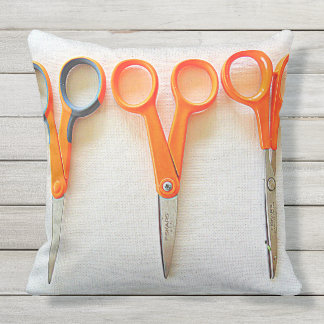 Travesseiro exterior da costureira com tesouras e almofada para ambientes externos