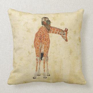Travesseiro floral ornamentado ambarino do girafa