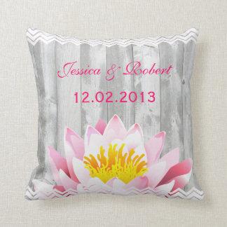 Travesseiro floral rústico da lembrança do casamen