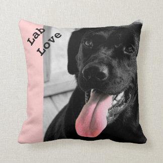 Travesseiro seletivo da cor do cão preto do labora