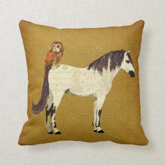 Travesseiro violeta do cavalo & da coruja