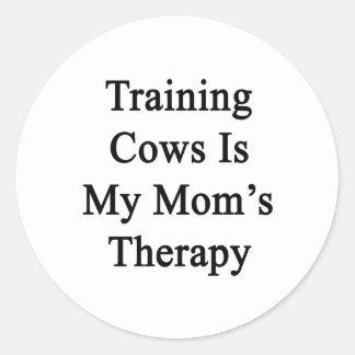 Treinar vacas é minha terapia da mãe adesivo em formato redondo