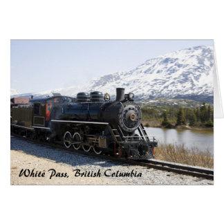 Trem branco da passagem no cartão da neve