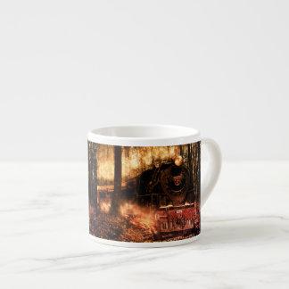 Trem da caneca do café na floresta
