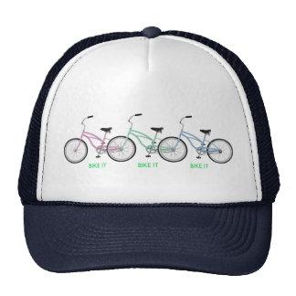 """Três bicicletas coloridas com as palavras """"BIKE O  Boné"""