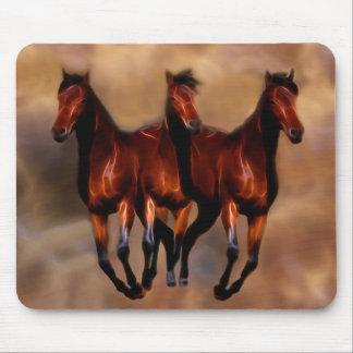Três cavalos em um mouse pad