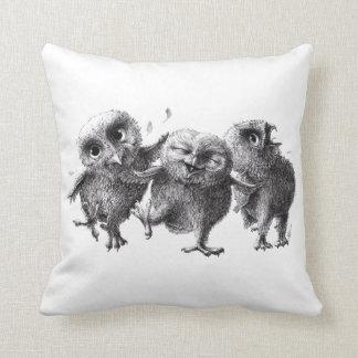 Três corujas loucas engraçadas almofada