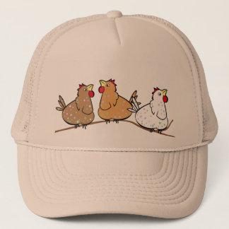 Três galinhas em um Branche - chapéu do boné